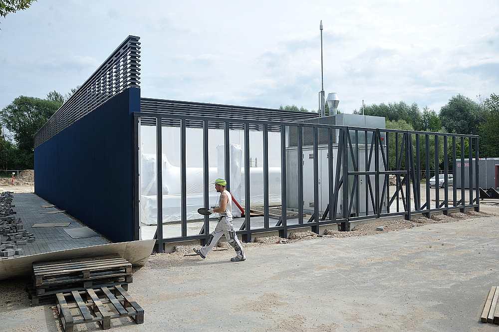 """Šā gada maijā uzsākta ūdeņraža ražošanas, uzglabāšanas un uzpildes stacijas būvniecība, kuru sola pabeigt līdz šā gada oktobrim. Stacijai, kā arī desmit jaunu ar ūdeņradi darbināmu trolejbusu iegādei """"Rīgas satiksme"""" no Eiropas Investīciju bankas aizņēmusies 75 miljonus eiro."""
