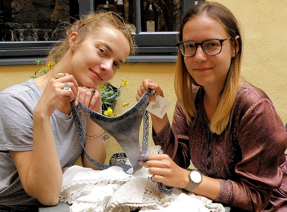 """Pirmajā kolekcijā ir seši dažādi stringi, no kuriem katru rotā kāda zīme ar dziļāku jēgu. Piemēram """"Zaiga"""" valkājama, kad nepieciešams spēks un pārliecība, bet """"Austra"""" nodrošinās īpašu aizsardzību, teic modes mākslinieces Dana Stuce un Irbe Šmite."""