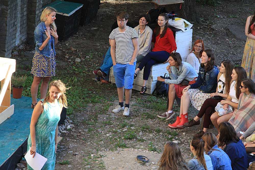"""Eiropas Brīvprātīgā darba sarunu vakarā mākslinieku vasaras rezidenču nama """"D27"""" pagalmā (Dzirnavu ielā 27 Rīgā). """"Esi labs"""" vadītāja Linda Bodniece (pa kreisi) aicina atnākušos braukt strādāt uz citām Eiropas valstīm."""