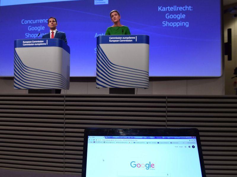 """EK konkurences komisāre Margrēte Vestagere preses konferencē 27. jūnijā pieteica """"Google Shopping"""" sodīšanu ar 2,4 miljardiem eiro par meklētāja dominējošā stāvokļa ļaunprātīgu izmantošanu."""