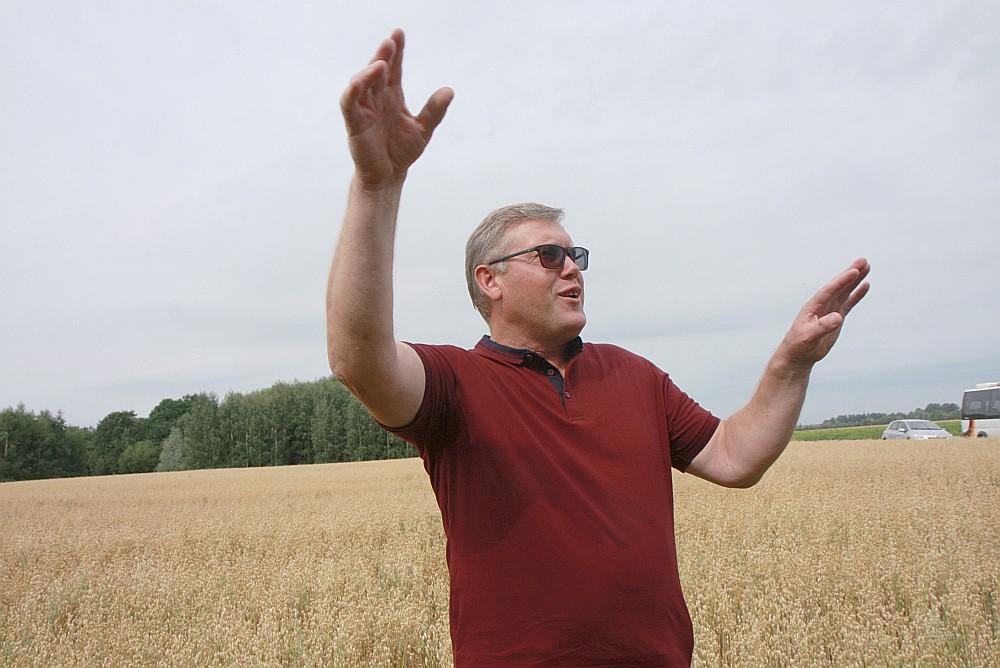 Šogad kulšanas darbi aizkavējušies par desmit dienām. Pirmais jākuļ rapsis, tad ziemas kvieši, un tad būs arī auzu kārta. Emburgas zemnieks Gundars Liepa priecājas par šā gada ražu.