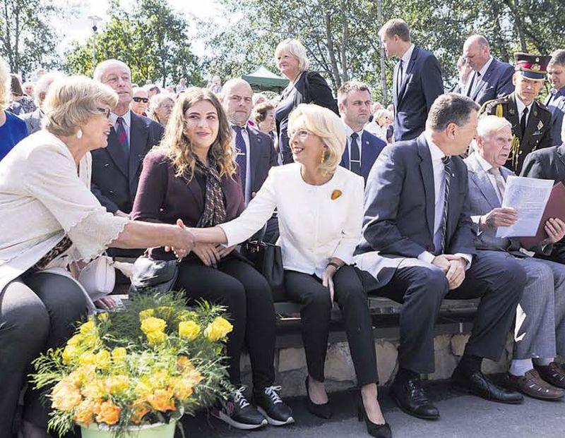 Saeimas priekšsēdētāja Ināra Mūrniece (centrā) pauda prieku par to, ka salidojuma dalībniekiem aizvien ir gaišs skats uz dzīvi un sirdīs dzīvas galvenās vērtības – dzīvība un brīvība.