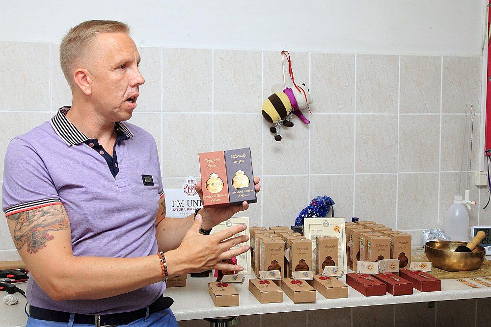 Ivara Minkeviča tinktūru ražotnē top divu veidu produkti – upeņu un melleņu uzlējumi.