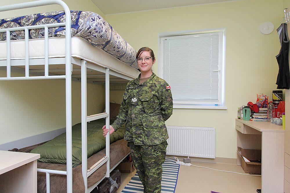"""""""Mūsu jaunās kazarmas ir lieliskas, ir labi, ka mums ir virtuve, varam pašas pagatavot sev ēst. Kazarmas Latvijā un Kanādā ir aptuveni tādā pašā līmenī,"""" teic Kanādas bruņoto spēku vecākā kaprāle Amanda Franšē."""