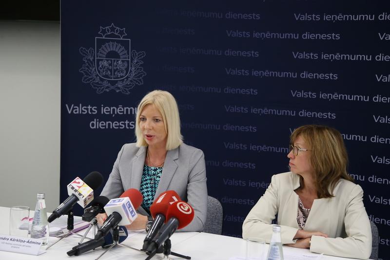 Valsts ieņēmumu dienesta Nodokļu kontroles pārvaldes direktore Sandra Kārkliņa-Ādmine (no kreisās) un Patērētāju tiesību aizsardzības centra direktore Baiba Vītoliņa
