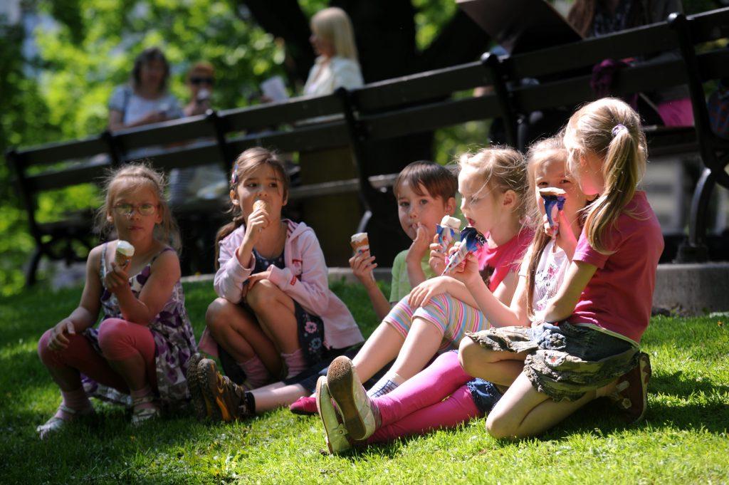 Bērni ēd saldējumu.