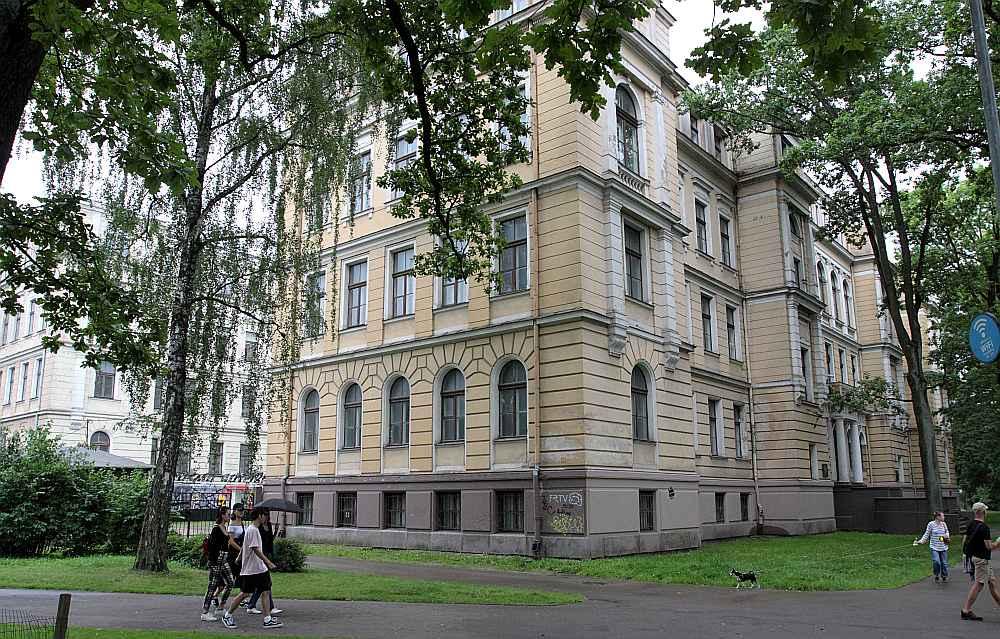 """Bijusī Latvijas Universitātes Bioloģijas fakultātes ēka ir LU īpašums un varētu tikt pārdota bez valdības atļaujas, taču LU to negrib pārdot """"kuram katram"""" un pieļauj, ka varētu izīrēt kādam uzņēmumam, kas ēkā izveidotu viesnīcu."""