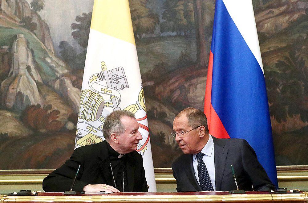 Kardināls Pjetro Parolīns (no kreisās) sarunā ar Krievijas ārlietu ministru Sergeju Lavrovu.