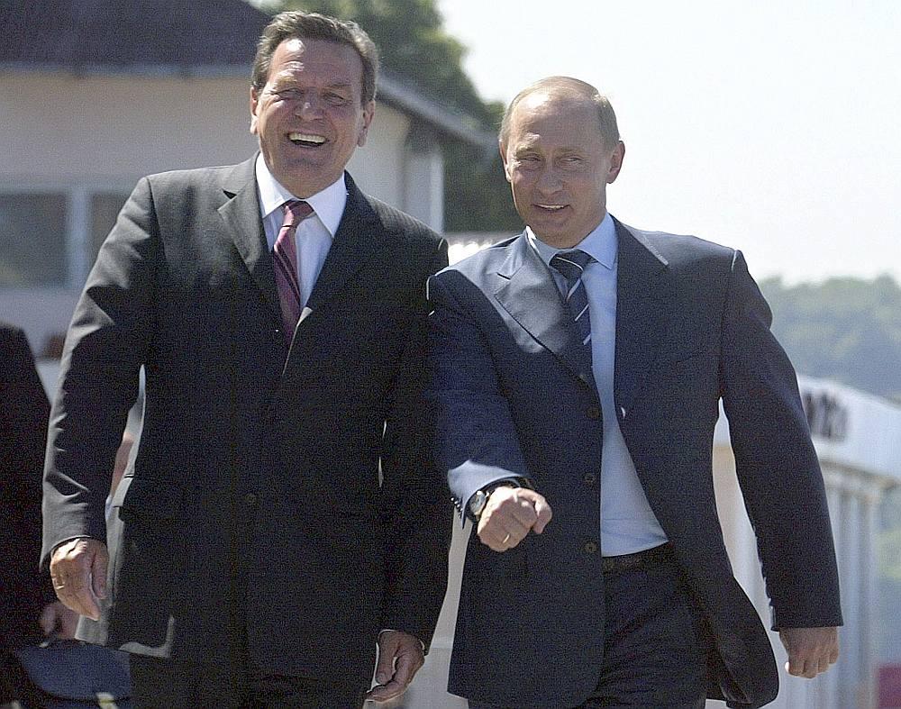 """Vācijas ekskanclers Gerhards Šrēders, """"Gazprom"""" projekta """"Nord Stream"""" akcionāru padomes direktors un Krievijas naftas firmas """"Rosneftj"""" direktoru padomes dalībnieks, turpina iet kopsolī ar Krievijas prezidentu Vladimiru Putinu."""