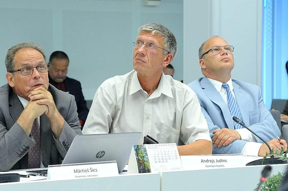 Ritvars Jansons (no labās) un Andrejs Judins (vidū) jau ir saņēmuši uzdevumus no parlamentārās izmeklēšanas komisijas vadītājas, bet Mārtiņš Šics vēl gaida.