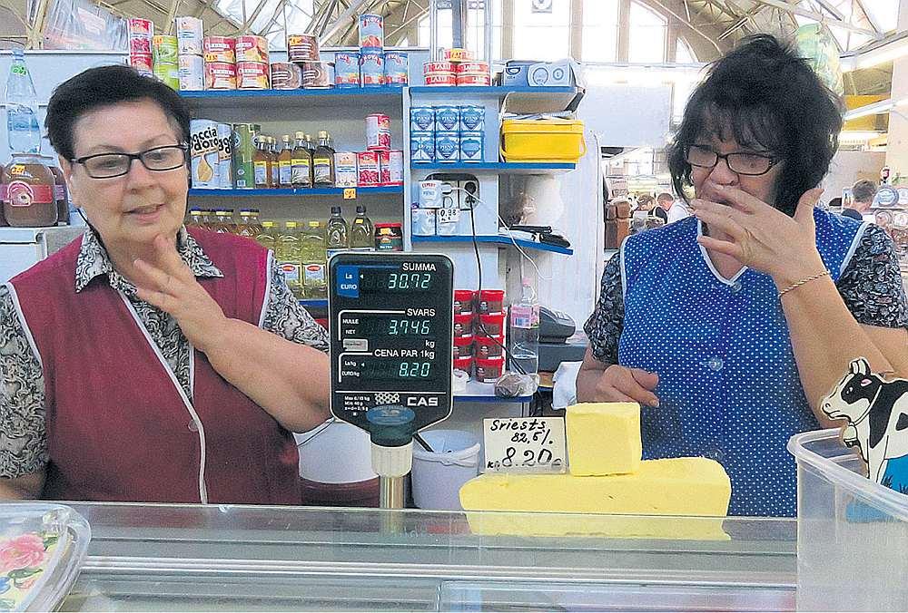 """Kaut Rīgas Centrāltirgū sviests ir lētāks nekā veikalos, tomēr pārdevējas saka: """"Nepriecājieties tik ļoti par lēto sviestu tirgū. Arī pie mums turpmāk sviests būs dārgāks."""""""