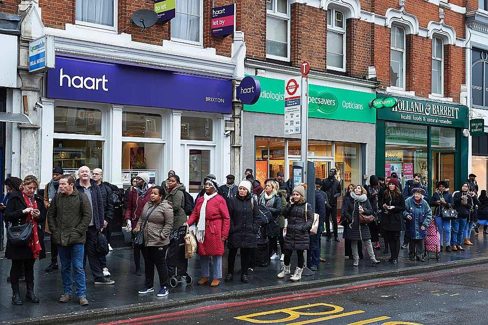 Eiropiešiem nevajadzēs vīzas, lai ieceļotu Apvienotajā Karalistē, tāpat būs atļauts meklēt darbu. Taču valdība noteiks limitu darbatļauju skaitam.
