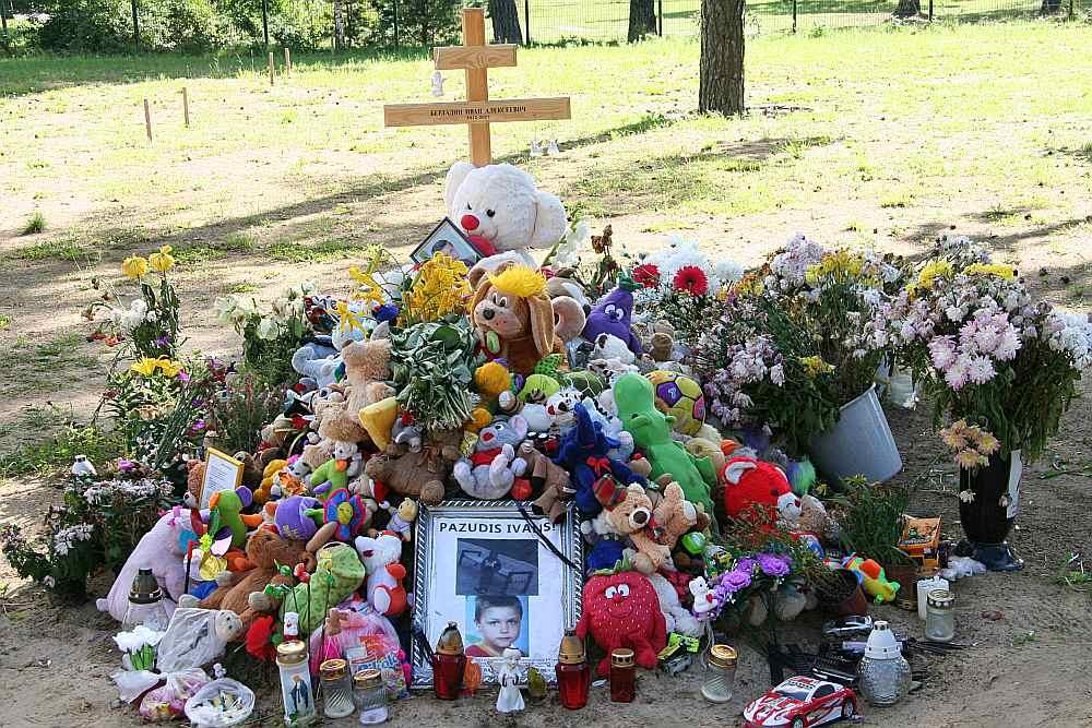 """Ivana pēdējā atdusas vieta Tosmares kapos. Valsts policijā 2. jūlijā tika saņemts iesniegums par to, ka 1. jūlijā ap plkst. 8.30 no savas dzīvesvietas Liepājā, Pāvilostas ielā, izgājis piecgadīgais Ivans. Desmit dienas zēnu meklēja kopumā vairāk nekā 4000 cilvēku – Valsts policija, Nacionālie bruņotie spēki, Liepājas pilsētas pašvaldības policija, Valsts ugunsdzēsības un glābšanas dienests, brīvprātīgo organizācija """"bezvēsts.lv"""" un citi. Zēnu atrada mirušu 11. jūlijā Grobiņas pagasta Dubeņos."""