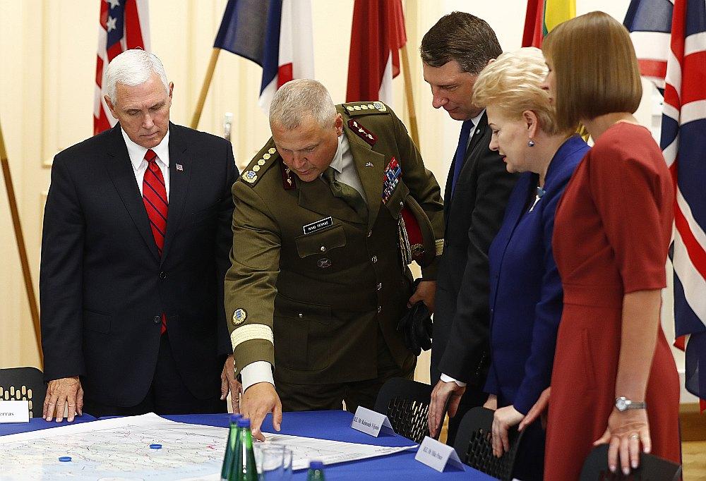 Igaunijas Aizsardzības spēku komandieris ģenerālis Riho Terass (otrais no kreisās) Tallinā stāsta par NATO paplašinātās klātbūtnes operāciju ASV viceprezidentam Maikam Pensam (pirmais no kreisās), kā arī Latvijas prezidentam Raimondam Vējonim (trešais no kreisās), Lietuvas prezidentei Daļai Grībauskaitei (otrā no labās) un Igaunijas prezidentei Kersti Kaljulaidai (pirmā no labās).
