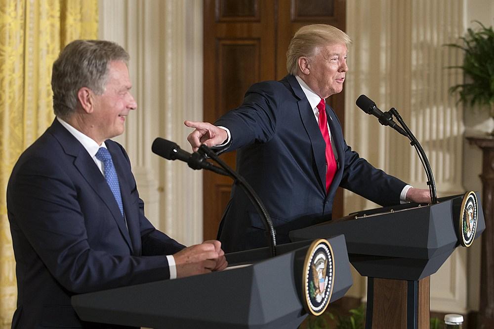 ASV prezidents Donalds Tramps (no labās) un Somijas prezidents Sauli Nīniste piedalās kopējā preses konferencē pēc tikšanās Baltajā namā.