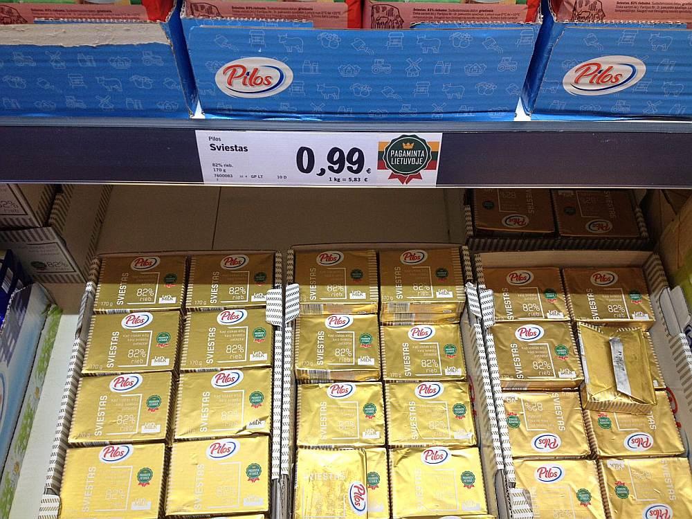 """Lietuvā """"Lidl"""" veikalā Lietuvā ražotā sviesta paciņa maksāja 0,99 eiro, savukārt Polijā ražotais sviests bija dārgāks – 1,45 eiro."""
