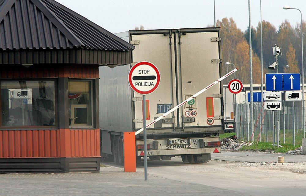 Dienesta izmeklēšanas materiālos minēts, ka no Krievijas caur Terehovas muitas kontroles punktu ar kravas automašīnu kontrabandas ceļā ievestas cigaretes un degvīns tādā apjomā, kas nenomaksāto nodokļu veidā valstij radījis 1 793 878,47 eiro zaudējumus.