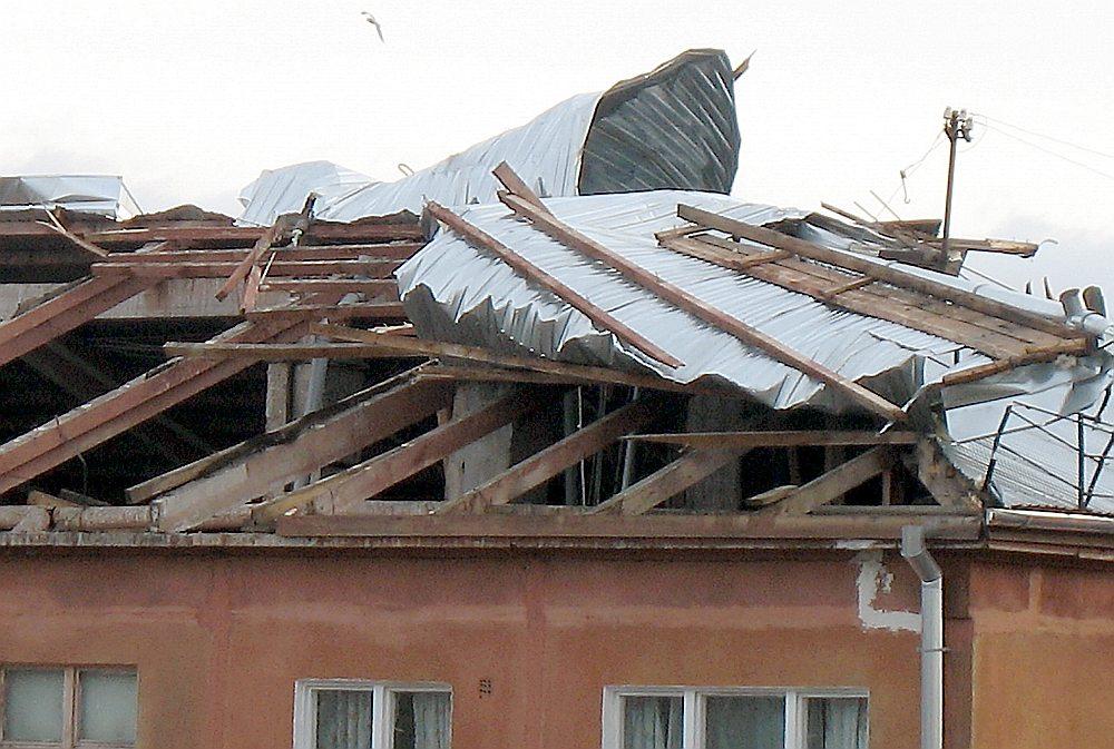 Spēcīgas vēja brāzmas un pat orkāni Latviju piemeklē ik pa laikam. 2007. gada 15. janvāra vētras laikā Rīgā tika bojāti jumti vairākām ēkām, bet namam Āgenskalna ielā 20 tika norauts skārda jumts 760 m2 platībā.