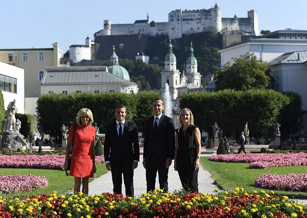 Francijas prezidents Emanuels Makrons (otrais no kreisās) un viņa sieva Brižita Makrona (no kreisās) ar Austrijas kancleru Kristianu Kernu un viņa sievu Evelīnu Šteinbergeri-Kernu pastaigā Mirabelas parkā Zalcburgā.
