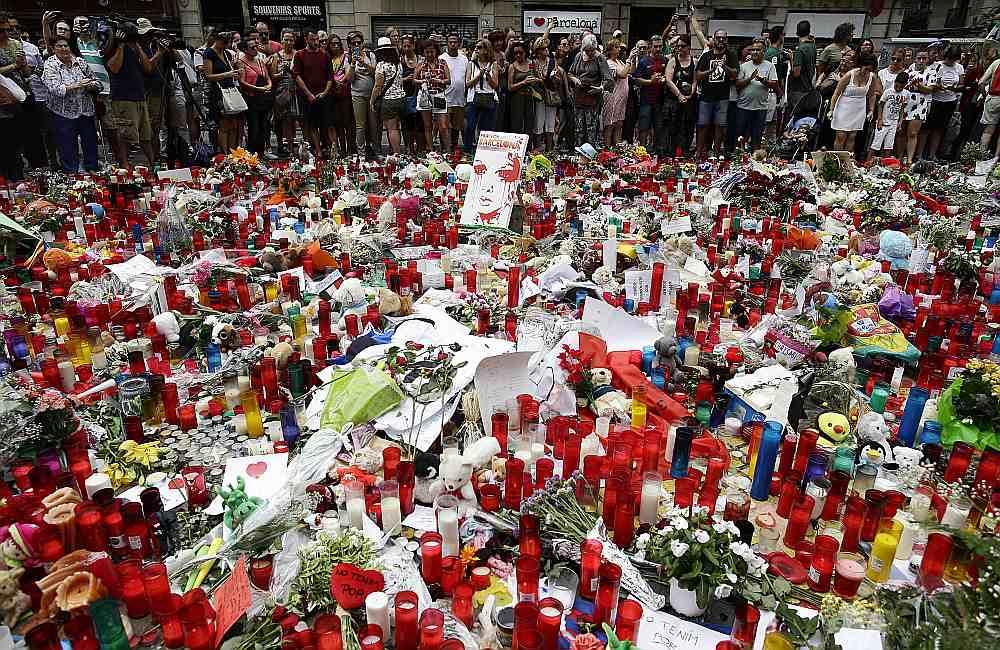 Barselonas iedzīvotāji un daudzi tūristi nolikuši ziedus un svecītes Lasramblas ielā, pieminot bojāgājušos un paužot apņēmību nepadoties teroristu draudiem.