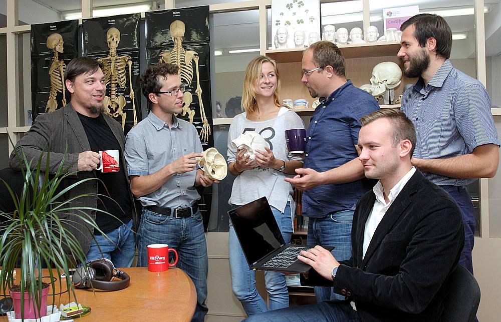 """""""Katru projekta turpināšanas nedēļu esam tuvāk, lai nākotnē izglābtu tūkstošiem dzīvību,"""" pārliecināts """"Anatomy Next"""" vadītājs Sandis Kondrāts. No kreisās – kompānijas produkta attīstības direktors un idejas autors Uldis Zariņš, medicīnas komandas vadītājs Jānis Šavlovskis, mārketinga direktore Ieva Grīnberga, Sandis Kondrāts, programmēšanas komandas vadītājs Jānis Kondrāts. Sēž – pārdošanas un biznesa attīstības direktors Reinis Znotiņš."""