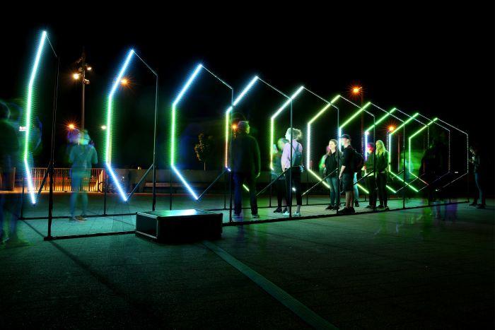 """Mākslinieka Jāņa Pētersona audiovizuālais objekts """"Apziņas plūsma"""" mūsdienu kultūras foruma """"Baltā nakts"""" laikā Spīķeru laukumā."""