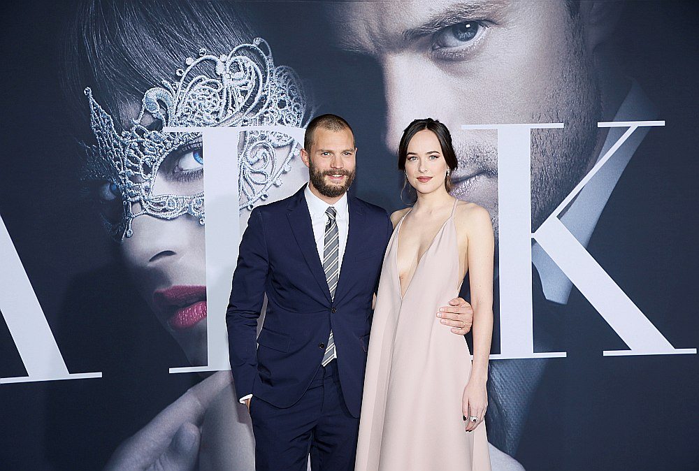 """Džeimijs Džordans un Dakota Džonsone filmas """"Tumsa piecdesmit nokrāsās"""" pirmizrādē Madridē 2017. gada februārī."""