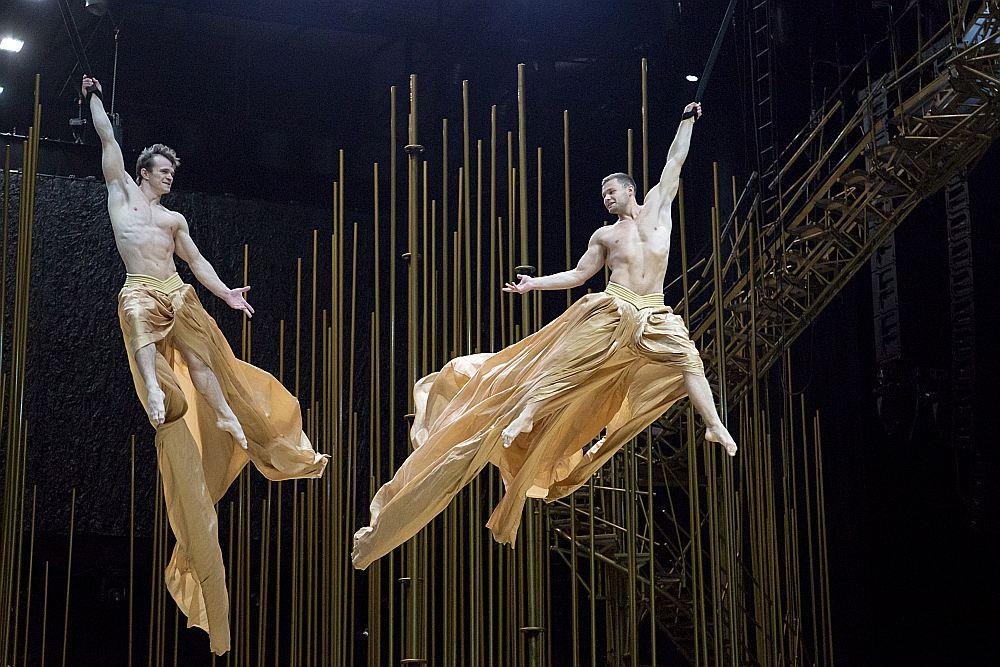 """""""Cirque du Soleil"""" izrāde """"Varekai"""", kurā piedalās 50 augstākās klases mākslinieki, rosina noticēt brīnumam, pārvarēt izmisumu un nebaidīties lūgt palīdzību."""