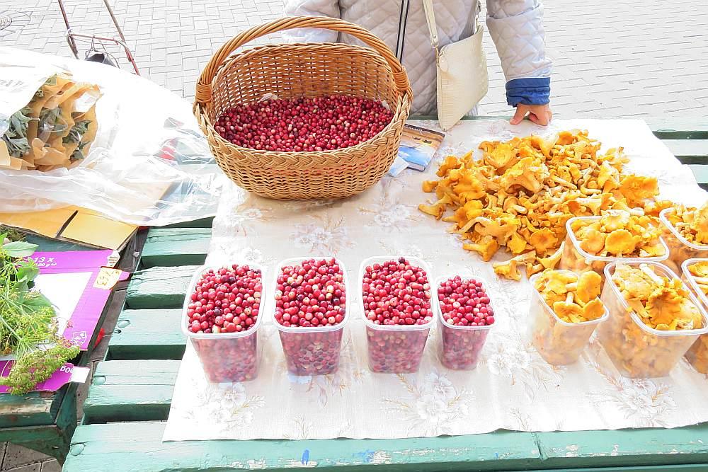 Rīgas Centrāltirgū parādījušās pirmās pazaļās dzērvenes – par 2,50 līdz 3 eiro litrā.