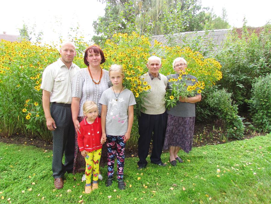Vecopis Aleksandrs, ome Ināra, mamma Lauma, tētis Aldis, meitiņas Zane un Ance
