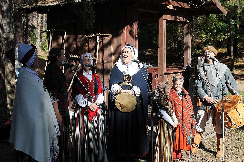 """Folkloras kopa """"Rēvele"""", uzstājoties festivālā """"Rudenāji"""" Latvijas Etnogrāfiskajā brīvdabas muzejā."""