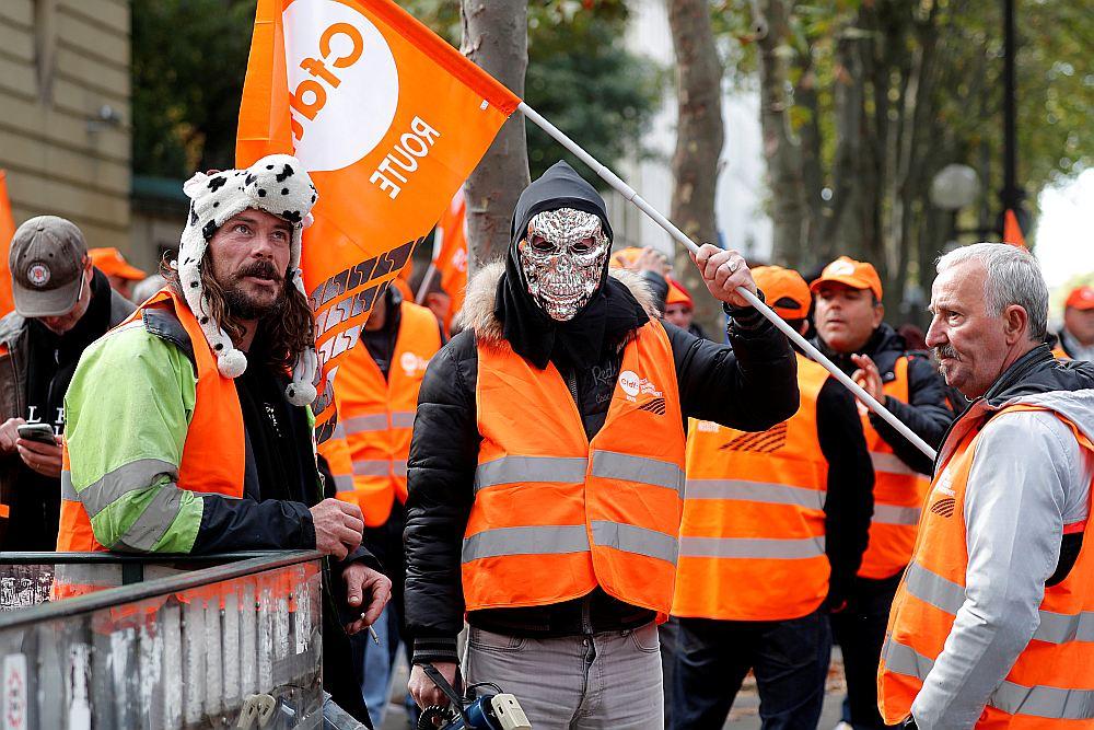 """Demonstranti no Francijas Demokrātiskās darba savienības (CFDT) pret Makrona iecerēto Darba likuma reformu 18. septembrī – dienā, kad smago automašīnu šoferi """"operācijā gliemezis"""" organizēja sastrēgumus visā valstī."""