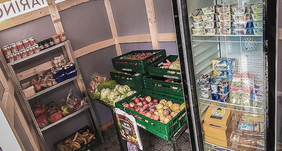 Veikalos neiztirgotā pārtika glīti sakārtota plauktos un bez maksas pieejama jebkuram, kurš to vēlas.