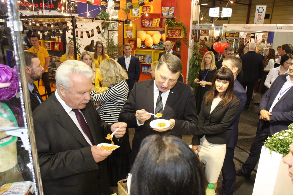 """Latvijas Valsts prezidents Raimonds Vējonis un zemkopības ministrs Jānis Dūklavs, apmeklējot mājražotājus pārtikas industrijas izstādē """"Riga Food 2017"""""""