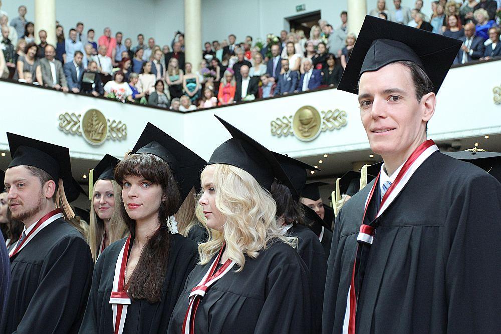 Turpmāk augstskolu absolventu gaitām valsts sekos desmit gadus pēc studiju pabeigšanas.