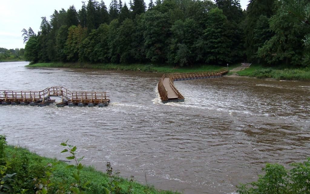 Lietavu dēļ Ogres upē tika pārrauts pavasarī uzstādītais jaunais pontonu tilts.