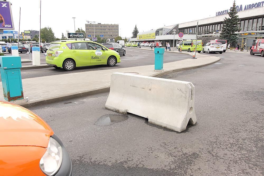 Lidostas vadība tiesas spriedumu bija nolēmusi izprast diezgan savdabīgi: barjera un ceļa zīmes tika demontētas, bet barjeras vietā ceļu aizšķērso betona bluķis; piekļuve taksometru stāvvietai pie ielidošanas termināļa organizēta citā vietā, kur iebraukt atļauts tikai ar atļaujām.
