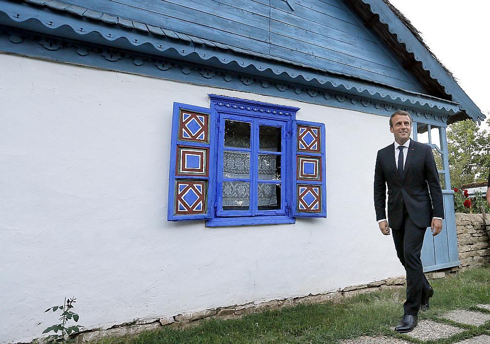 Francijas prezidents Emanuels Makrons Austrumeiropas apmeklējuma laikā pie zemnieku mājas Ciematu muzejā Bukarestē, Rumānijā 24. augustā.