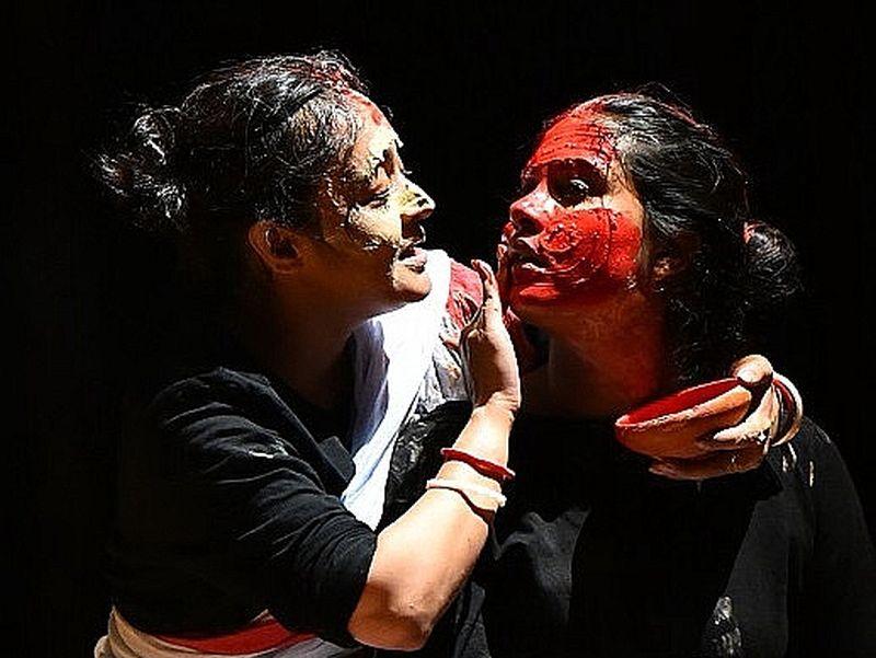 """Bengāļu režisors Santanu Das iestudējumā """"Makbeta spogulis"""" Šekspīra raganas uz skatuves pārvērta trīs māsās, kas ar tantriskā kulta tumšo rituālu palīdzību izsauc no viņpasaules Makbeta garu."""