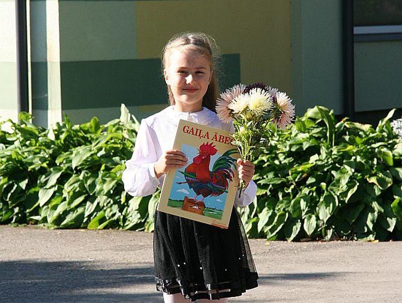 Liepājniece Paula Miķelsone šodien skolas gaitas sāk Grobiņas pagasta sākumskolā Dubeņos.