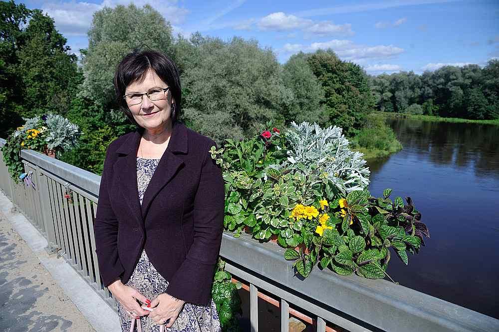 """Daces Odiņas-Zaharovas pašas ģimenes dārzs vasaras beigās zied tādās kā """"franču noskaņās""""! Arī puķu kastēs uz Gaujas tilta ziedi kārtojas dažādos augstumos un krāsās."""