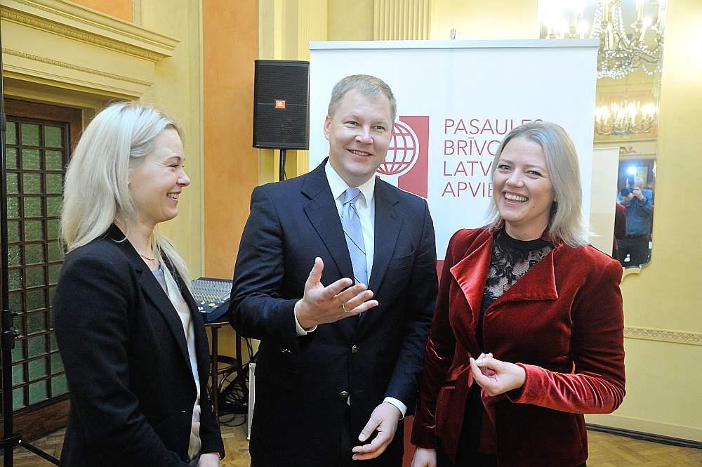 Latviešu apvienības Austrālijā un Jaunzēlandē vadītāja Kristīne Saulīte (no labās) ar juristu Matīsu Kukaini un Cēsu pašvaldības attīstības nodaļas vadītāju Laini Madalāni spriež par nākamgad Valmierā paredzēto ceturto Pasaules latviešu ekonomikas un inovāciju forumu.