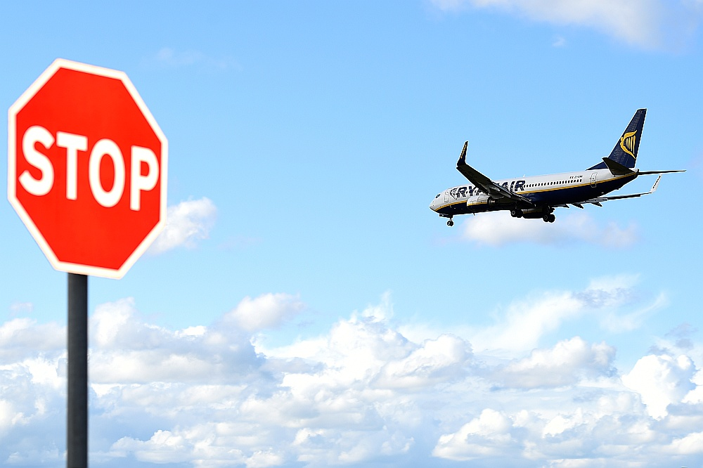 """""""Ryanair"""" lidojumu atcelšana piespiedusi mainīt plānus apmēram 350 tūkstošiem pasažieru. Tikai četri lidojumi atcelti Latvijā."""