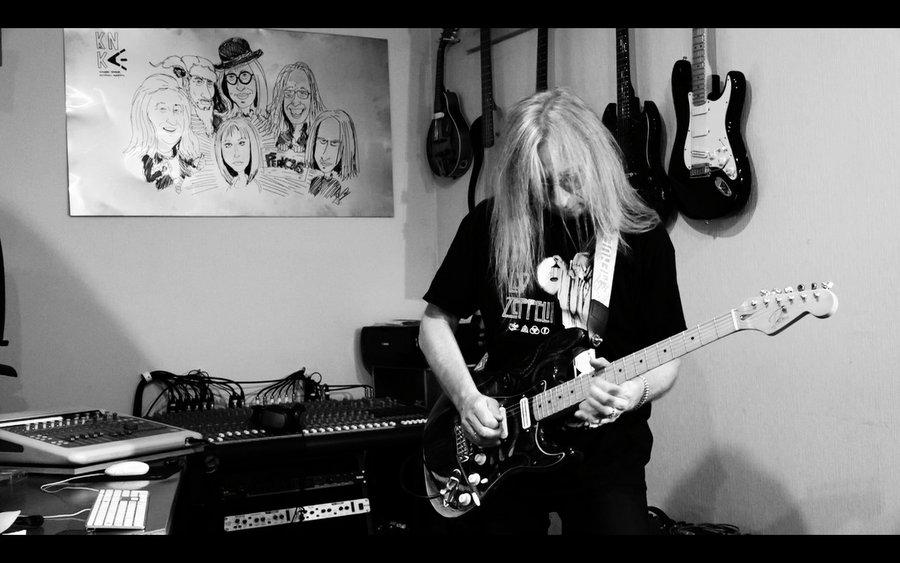 """Grupas """"Menuets"""" ģitārists Leons Sējāns strādā pie pagājušā gadsimta 70. gados tapušo pašu grupas dalībnieku dziesmu skanējuma restaurācijas."""