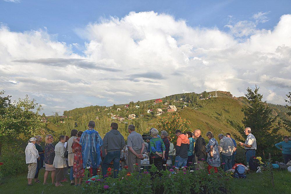 No Veras dārza paveras gleznains skats uz Krasnojarskas kalnaino apkārtni.
