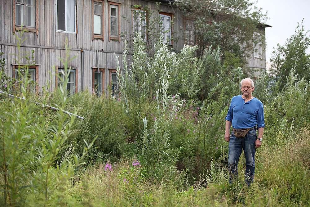 """Vietā, kur pirms 60 gadiem atradās Lūriņu ģimenes māja, tagad ir nezālēm aizaugusi bedre. """"Laikam dārgumus meklējuši,"""" pasmaida Valdis, viņš atceras, kā īsi pirms prombraukšanas uz Latviju grīdas spraugā iekritis zelta pulkstenis, taču dēļus tāpēc neviens nav lauzis."""