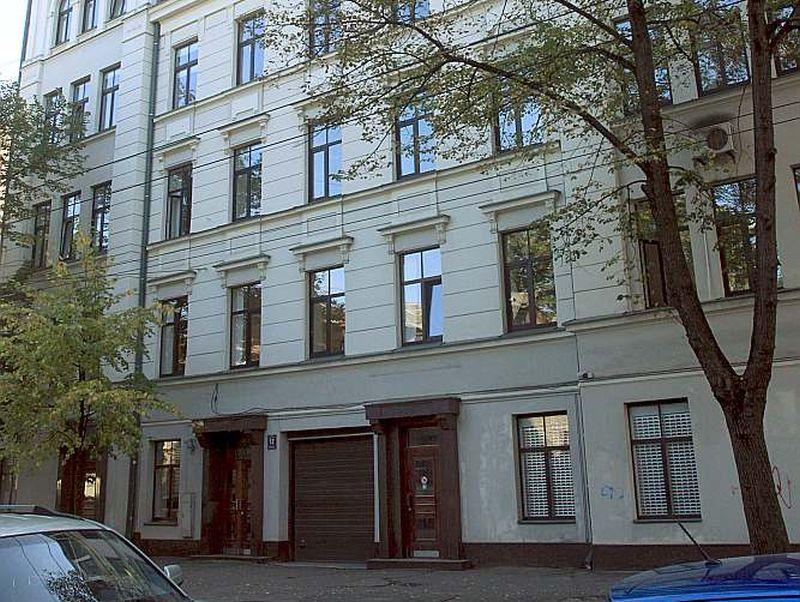 Latvijas Ebreju draudžu un kopienu padome šo ēku Rīgā, E. Birznieka-Upīša ielā 12, no valsts saņēma labā stāvoklī un tagad pelna, to iznomājot. Restitūcijas fonda valdes un padomes priekšsēdētājs Dmitrijs Krupņikovs sola, ka pieteikšanās uz fonda nopelnīto naudu tikšot izsludināta publiski.