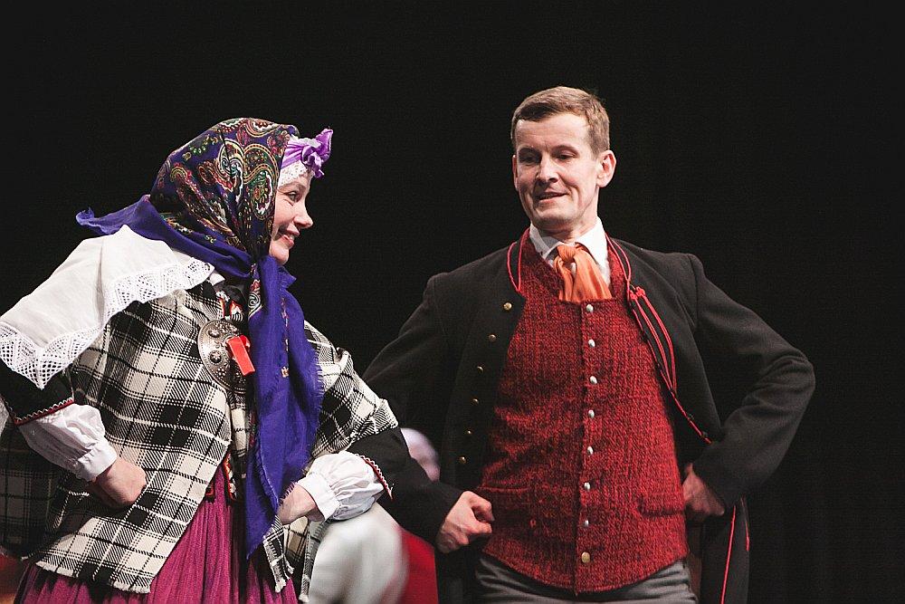 Iluta Uškāne parāda savējiem dejas soli.