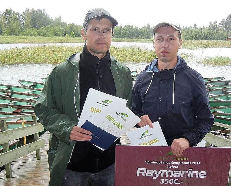 Sacensību uzvarētāji brāļi Uldis un Artūrs Veidemaņi.