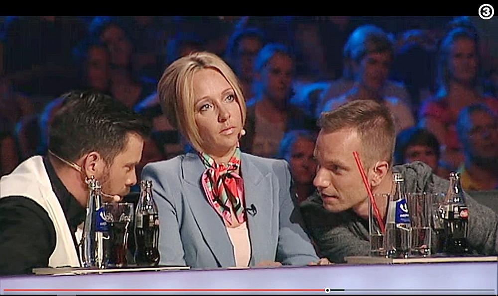 """Latvijas šova """"X Factor"""" žūriju, kurā piedalās Intars Busulis (no kreisās), Aija Auškāpa un Reinis Sējāns, raksturo mačo komunikācijas stils – sieviete žūrijā parādīta kā mazāk zinoša."""